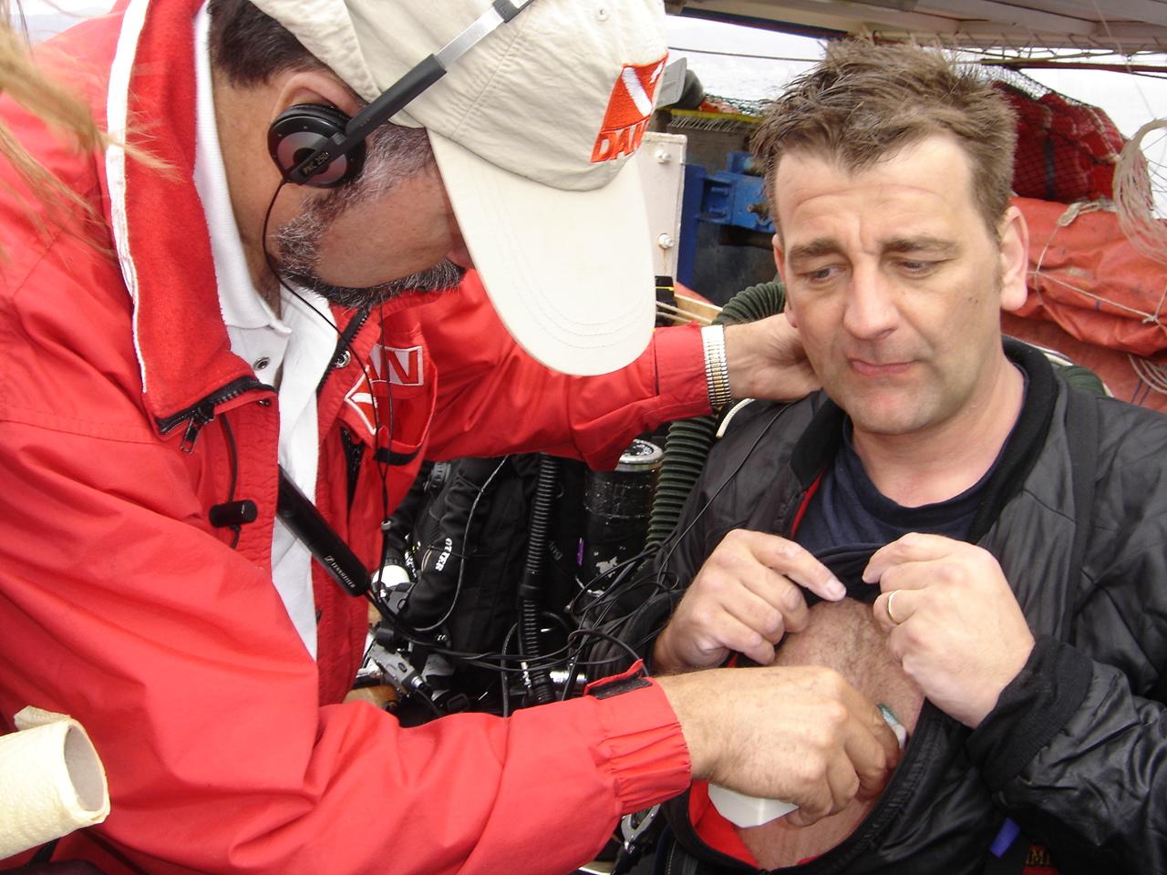 2006 Dr DeNoble conducting post dive doppler tests on Carl Spencer